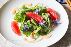 Rezept für veganen Baby Spinat Salat mit Erdnuss Dressing inspiriert vom KOI Restaurant in München