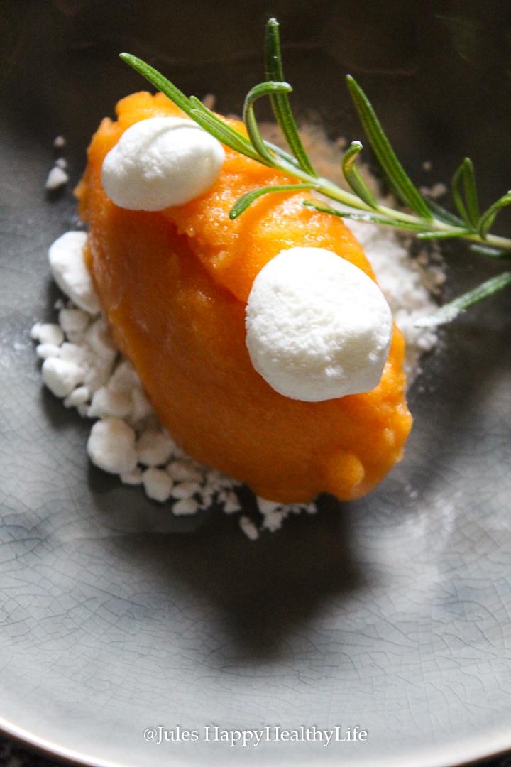 Rezept für Aprikosen Rosmarin Meringue mit Ziegenkäse Meringue