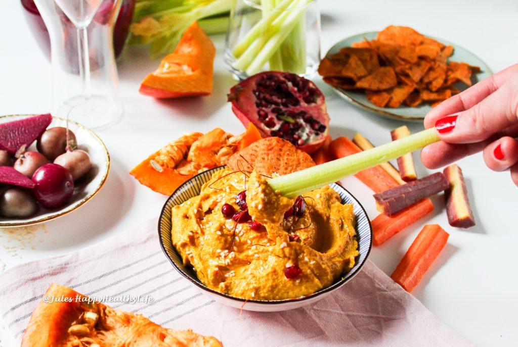 Curry Kürbis Hummus mit Granatapfelkernen