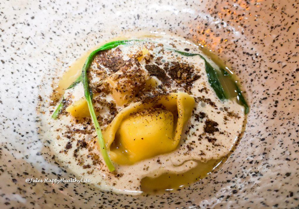 Selbstgemachte Agnolotti mit Parmesan dazu Topinambur und Bärlauch