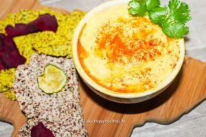 Selbstgemachter Hummus mit selbstgemachten Crackern aus Mandelpulp