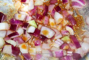 Anschwitzen der Zwiebeln und des Knoblauchs für Tomatensuppe - Jules HappyHealthyLife